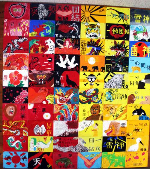また、下の写真は、夏休みの美術の宿題で制作した生徒それぞれが考えた学級旗のデザインです。多目的ホールの前に掲示していますので、来校された際には、ぜひ鑑賞して